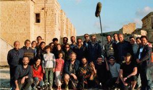 syrische jongen op malta met filmploeg